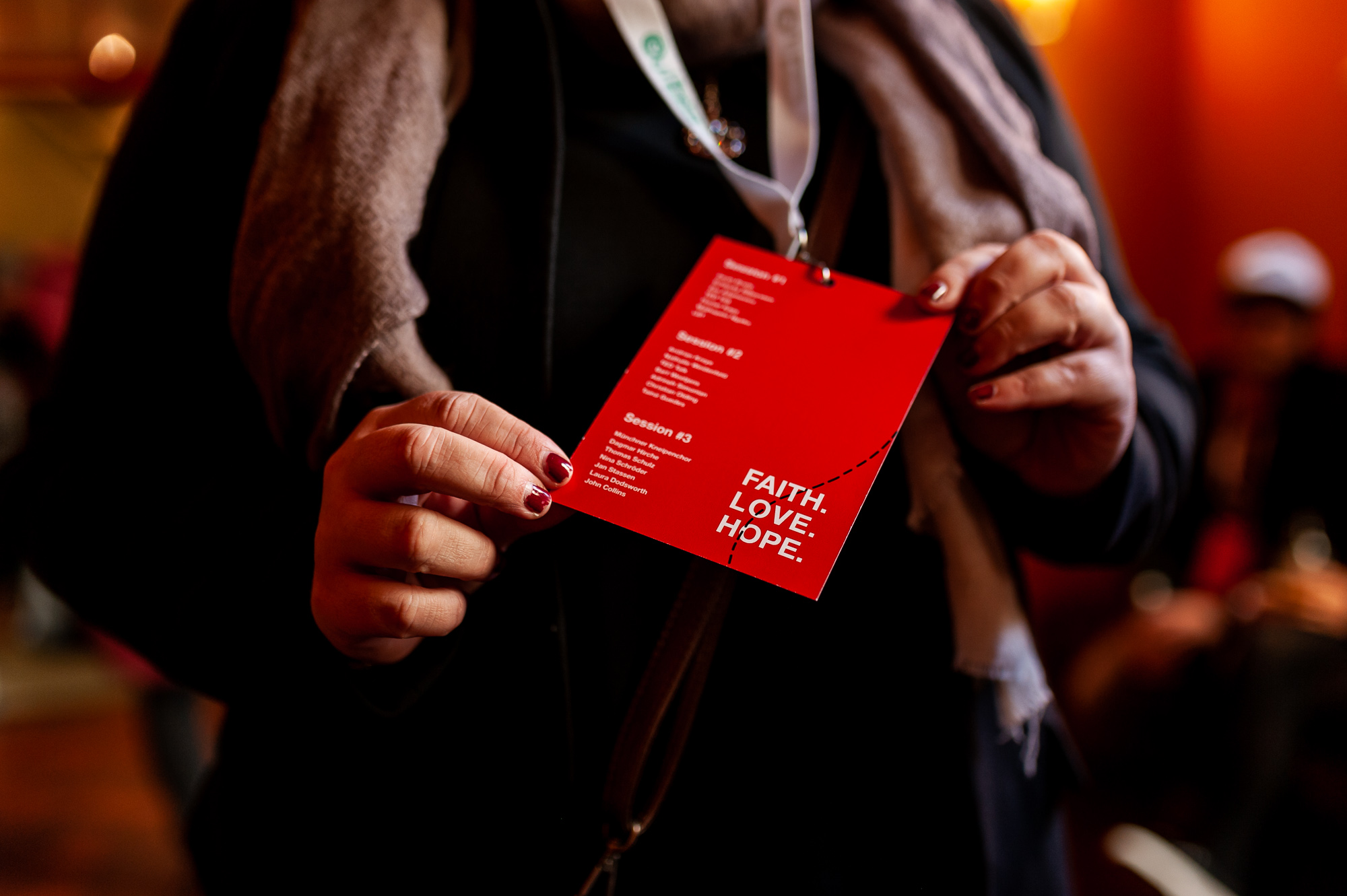 TEDx München 2018, a guest holding a badge, photo by Denise Stock